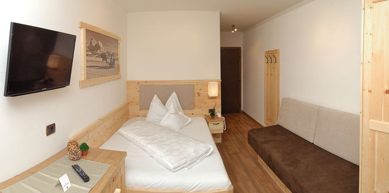 hotel-garni-savoy-kastelruth-einzelzimmer-zirbe-1