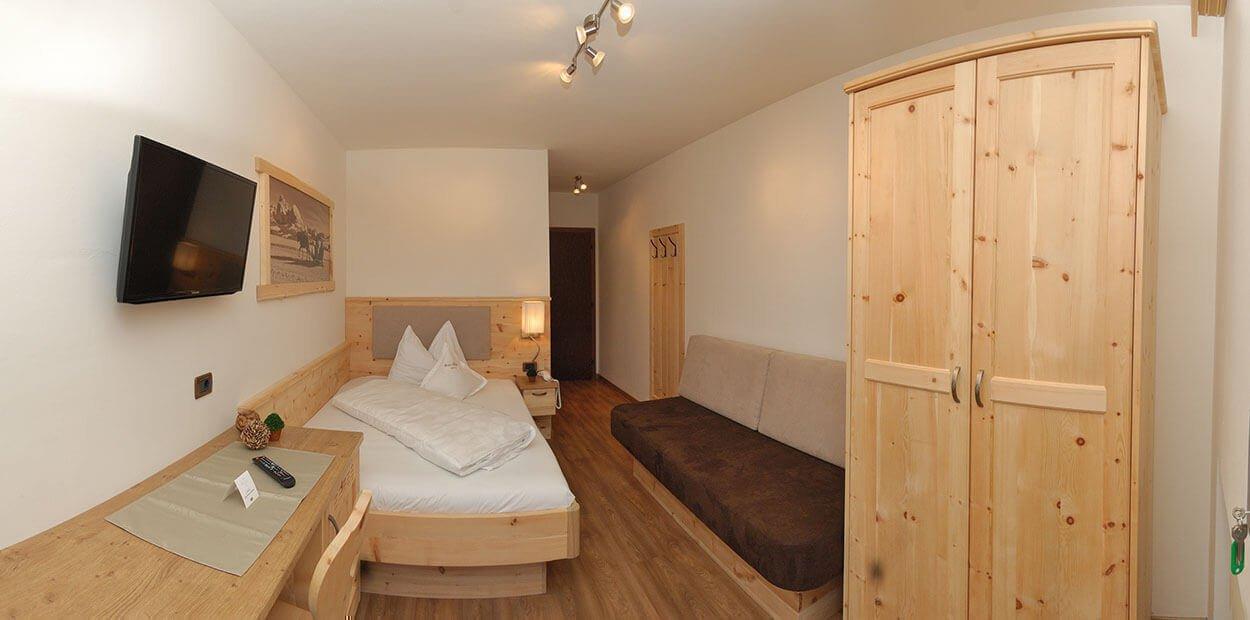 hotel-garni-savoy-kastelruth-einzelzimmer-zirbe-2