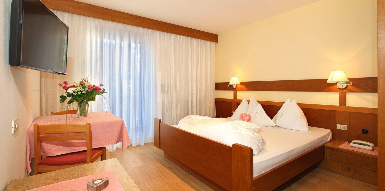hotel-garni-savoy-superior-room-01