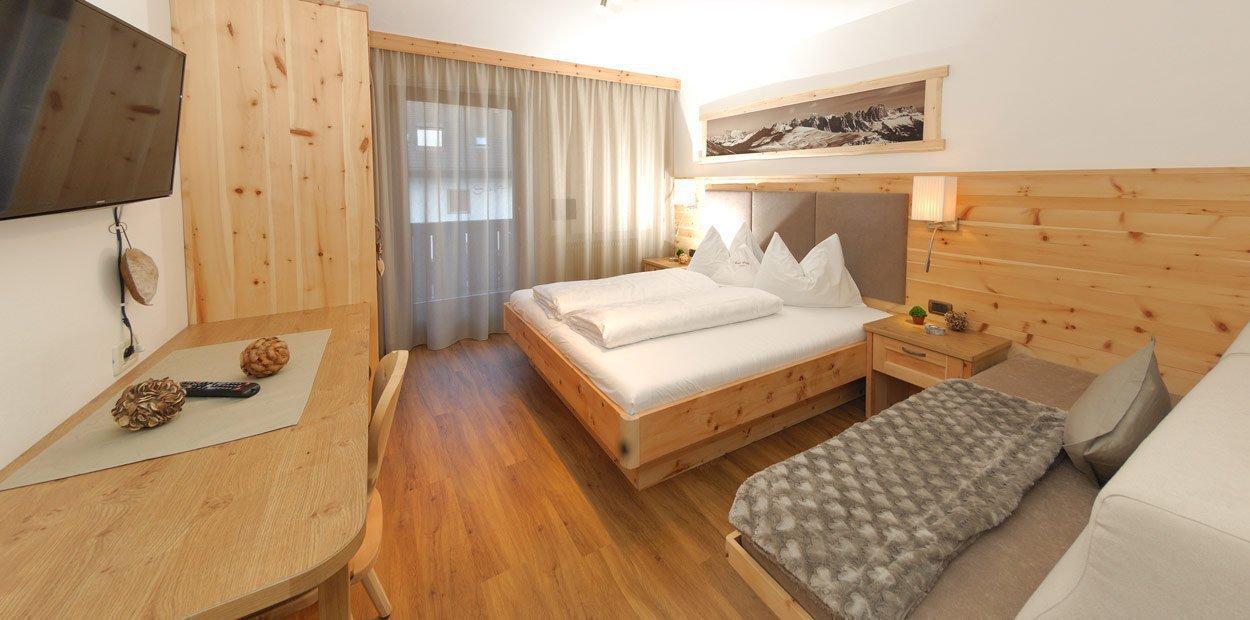 hotel-garni-savoy-kastelruth-zirbenzimmer-3