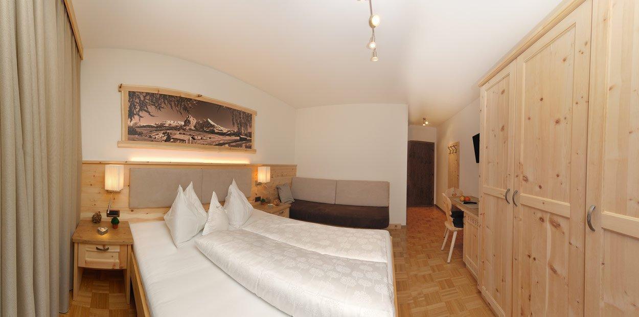 hotel-garni-savoy-kastelruth-zirbenzimmer-7